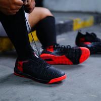 Sepatu Futsal Specs Swervo Thunderbolt 19 IN - Black Red 400828 Ori