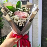 Setangkai Bunga Mawar dengan babybreath dan ruskus - Putih