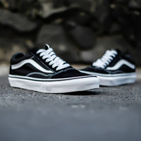 VANS OLD SKOOL CLASSIC BLACK WHITE TERJAMIN 100% ORIGINAL - 36