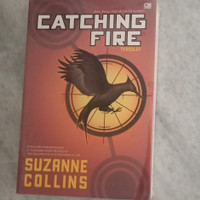 NOVEL THE HUNGER GAMES 2 CATCHING FIRE - ORIGINAL SUZANNE COLLINS