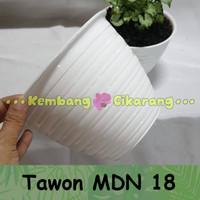 Pot bunga plastik putih model tawon ukuran 20