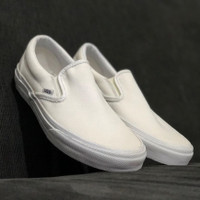 SEPATU ORIGINAL VANS SLIP ON CLASSIC TRUE WHITE