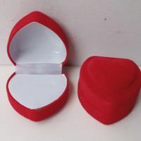 Kotak cincin bludru bentuk hati
