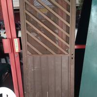 pintu aluminium bekas ada tralis dan ram nyamuk