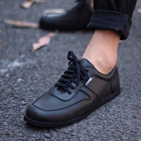 Sepatu Cozy Cosenzia Kulit Sintetis Original Sneakers Pria Casual Tren - Hitam, 38