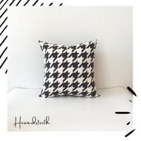 Sarung Bantal Sofa Motif Monochrome Houndstooth