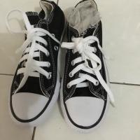 Sepatu sekolah hitam putih