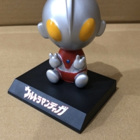 Pajangan mobil bobble head model Ultraman abu