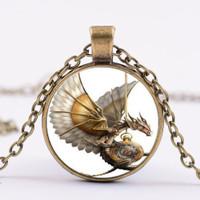 Perhiasan Kalung dengan Bentuk Naga dan Hiasan Berlian Buatan