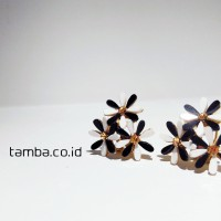 anting tusuk bunga hitam putih / anting korea permata