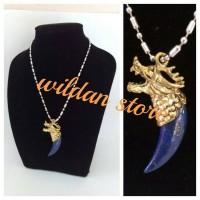 liontin taring naga batu lapis lazuli