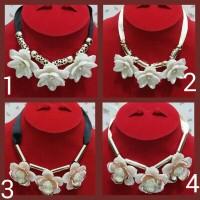 Kalung Pita Bunga Mawar Putih