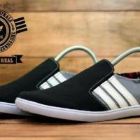 Sepatu santai pria adidas slip on black grey white
