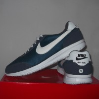 Sepatu Running Nike Navy Lis Putih