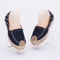 Sepatu casual motif polkadot keren.