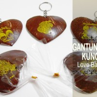 Souvenir Gantungan Kunci Love Batok