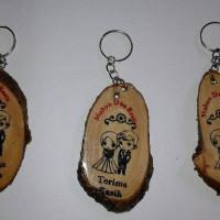 souvenir pernikahan gantungan kunci kayu pengantin