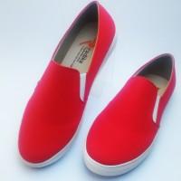 Sepatu wanita merah kanvas