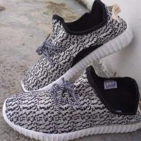 Sepatu Adidas Yeezy Sneakers Casual Hitam Putih