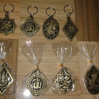 souvenir pernikahan gantungan kunci kaligrafi resin