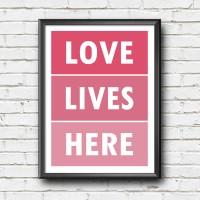 Poster Tipografi Inspiratif - Love Lives Here - Dekorasi Rumah