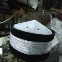 peci uj modis exclusive kombinasi warna hitam dan putih