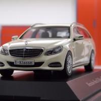 Diecast skala 1:43 Dealer Box Mercedes Benz E Class Wagon White