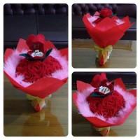 kotak cincin murah dalam buket bunga mawar merah