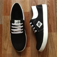 Sepatu casual Vans limited edition BLACK WHITE VD5