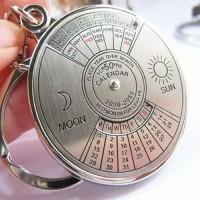 Gantungan kunci unik kalender abadi 50 tahun 2010-2060 Stainless steel