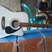 gitar akustik elektrik Cort putih
