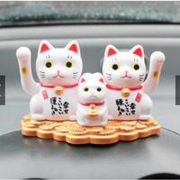 Pajangan Solar Power Triple Kucing Rezeki Jepang Maneki Neko Kucing Pe