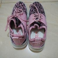 Sepatu running cewek warna pink kombinasi hitam