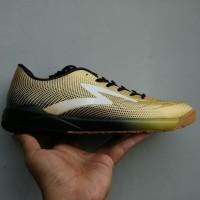Sepatu Futsal Specs Swervo Thunderbolt In Gold
