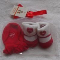 Mitten Carter-Kaos kaki plus sarung tangani motif Love merah putih