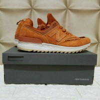 SNEAKERS NEW BALANCE 574 V2 BROWN