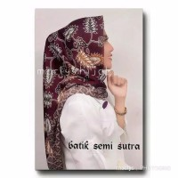 KERUDUNG SEGI EMPAT BATIK SEMI SUTRA / KAIN BATIK SUTRA / MAROON TUA
