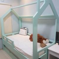 interior kamar anak, ranjang lemari pakaian dan lemari buku