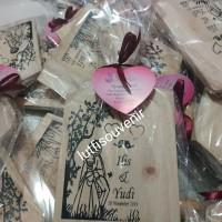 souvenir pernikahan talenan kayu