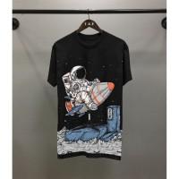 T-shirt Astronaut / Baju Kaos Distro Pria Surfing Hitam Pendek Slimfit