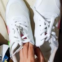 Sepatu Sneakers Putih Preloved