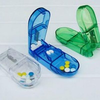 alat pemotong obat + tempat obat praktis + penyimpan pembelah obat