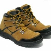 Sepatu Boots safety ujung besi