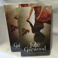 Sizzle (Skenario Misterius) - Julie Garwood (B2173)