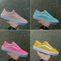 Fashion Wanita / Sepatu Sneaker / Vans Old School Women