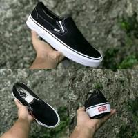 Sepatu Sneakers Vans Slip on Hitam Putih Pria dan Wanita - 36
