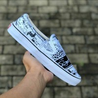 Sepatu Vans x Ashley Williams Classic Slip On Newspaper Black White