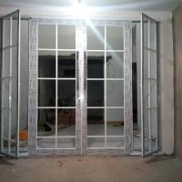 pintu dan jendela kaca motif ornamen.