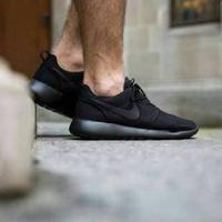 Sepatu Sneakers Sekolah Casual Nike Roshe Run Full Hitam Pria Wanita