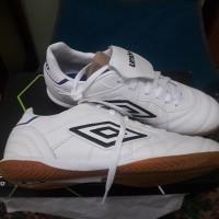 Sepatu Futsal Umbro speciali eternal premier ic white